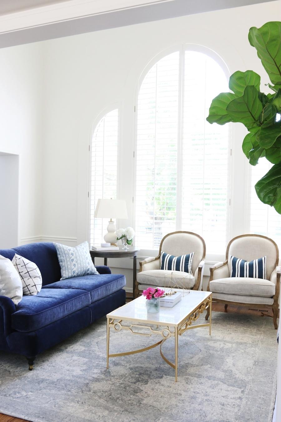 Best And Newest Velvet Sofas Intended For 25 Stunning Living Rooms With Blue Velvet Sofas (View 1 of 20)
