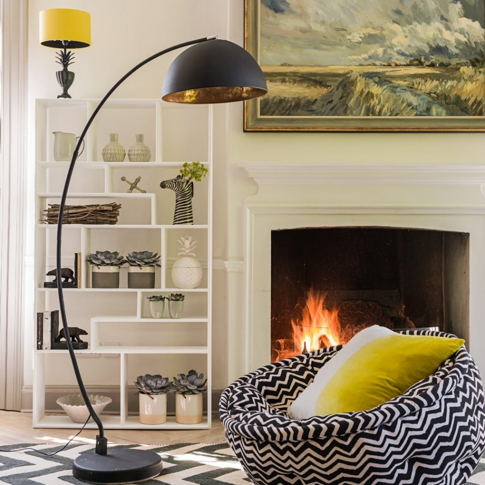 Most Popular Black Living Room Table Lamps Regarding Luxurious Living Room Interior Design Featuring Black Leather Sofas (View 14 of 20)