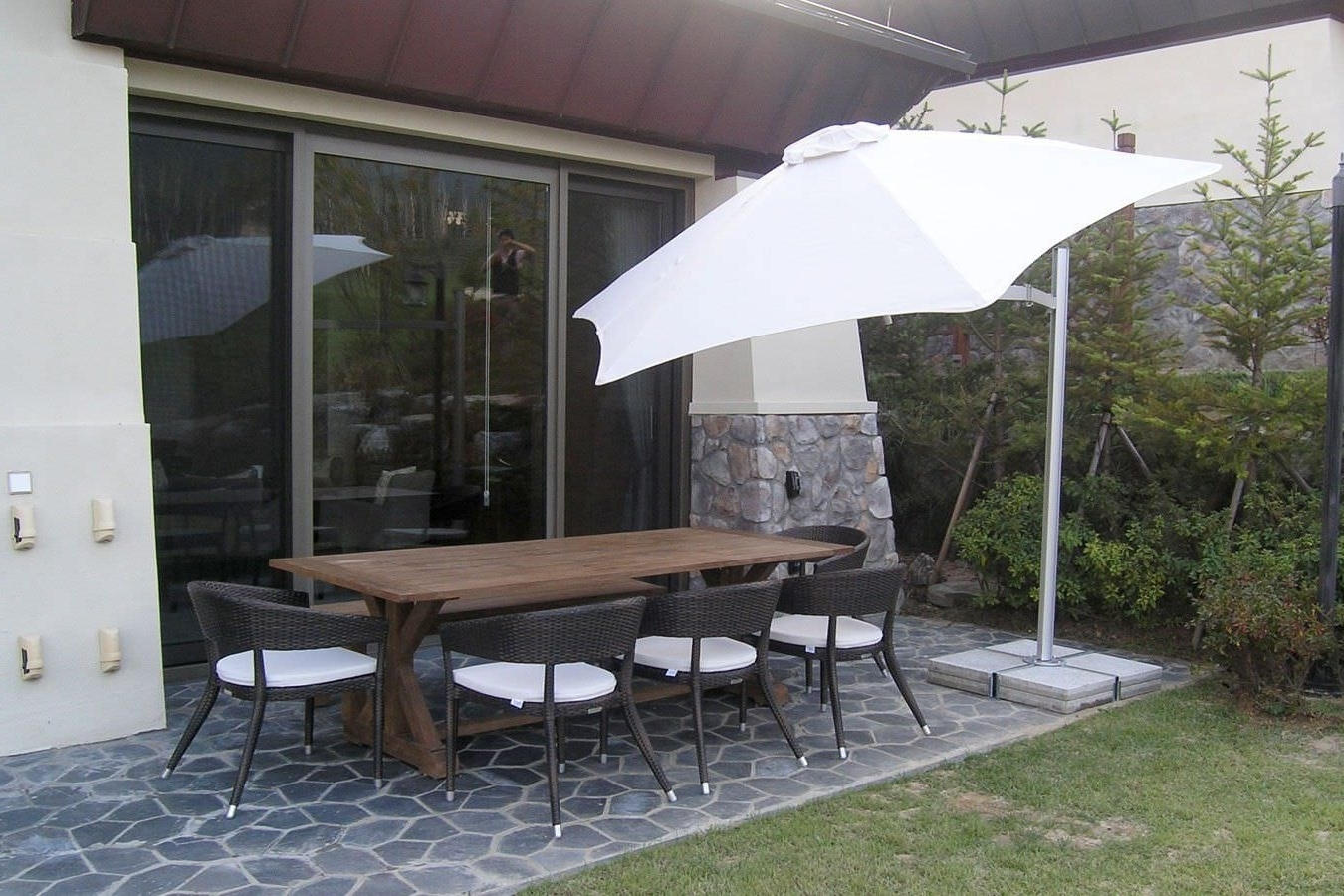 Well Liked Wind Resistant Patio Umbrellas Within Commercial Patio Umbrella Metal Swiveling Wind Resistant Within Wind (View 18 of 20)