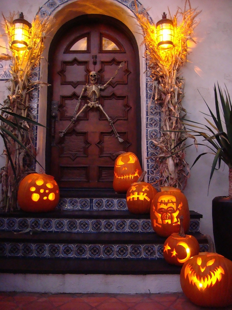 125 Cool Outdoor Halloween Decorating Ideas – Digsdigs Intended For Newest Outdoor Pumpkin Lanterns (View 17 of 20)